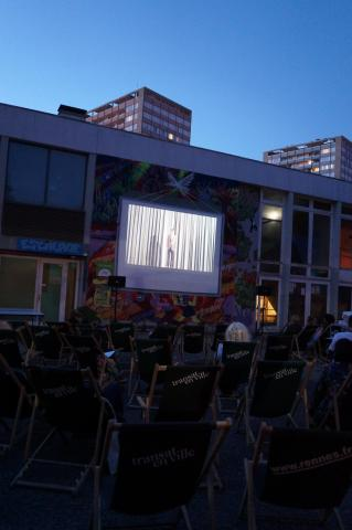 Projection en plein air du film Le coq est mort